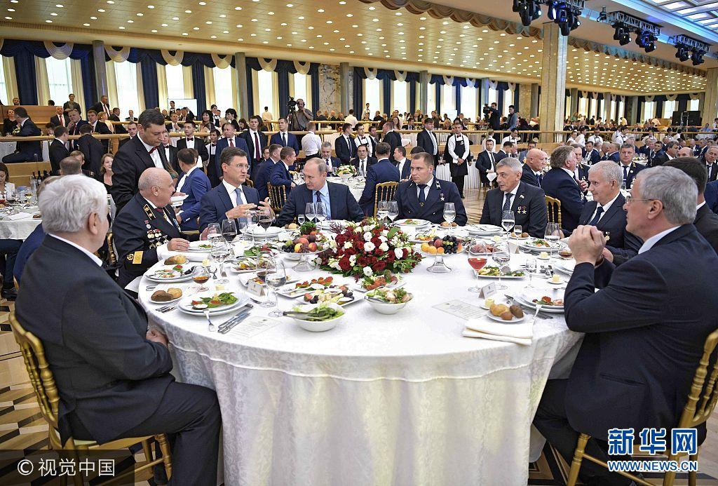 当地时间2017年8月24日,俄罗斯莫斯科,俄罗斯总统普京在克里姆林宫举行庆祝矿工日招待会。***_***3177331 08/24/2017 August 24, 2017. Russian President Vladimir Putin and Energy Minister Alexander Novak at the Miner's Day gala in the banquet hall of the Kremlin Palace. Aleksey Nikolskyi/Sputnik
