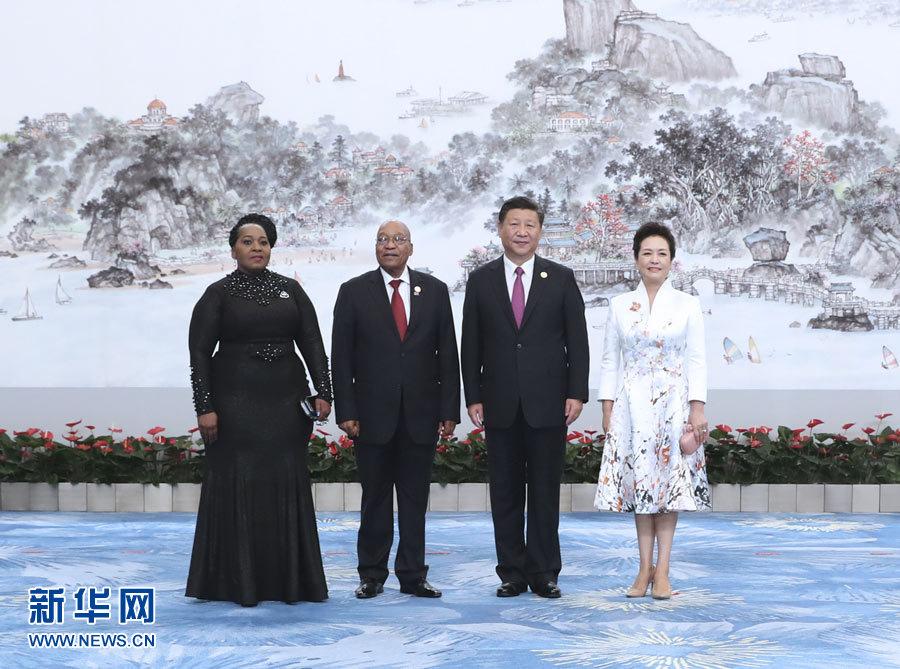 9月4日,国家主席习近平和夫人彭丽媛在厦门国际会议中心举行宴会,欢迎金砖国家和新兴市场国家与发展中国家对话会受邀国领导人及配偶、嘉宾。这是习近平和彭丽媛迎候南非总统祖马夫妇。新华社记者 马占成 摄
