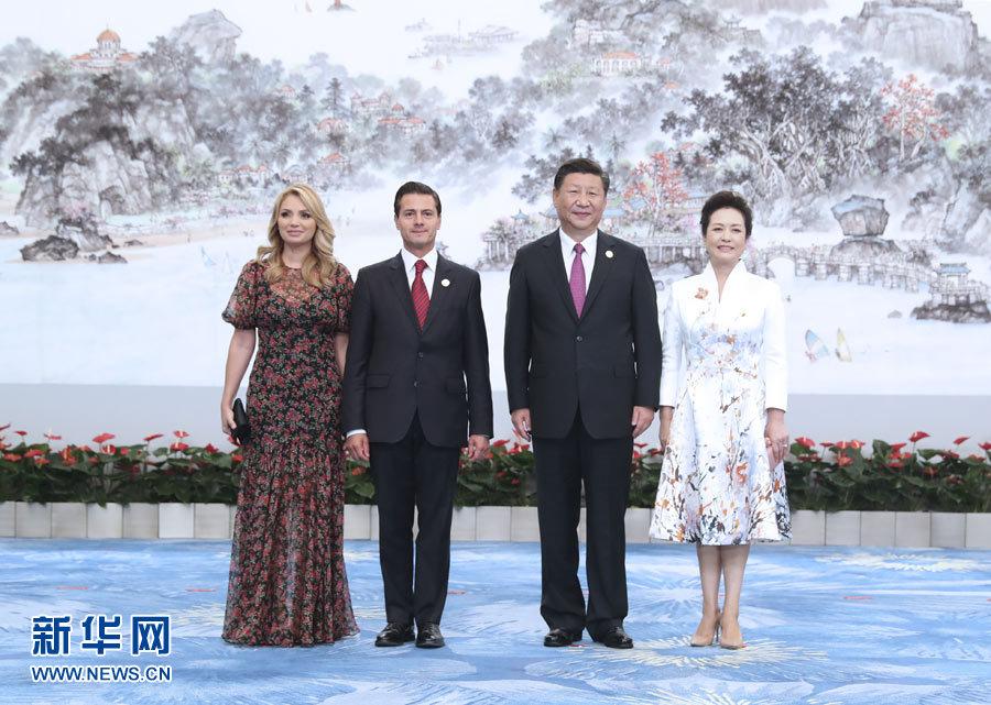 9月4日,国家主席习近平和夫人彭丽媛在厦门国际会议中心举行宴会,欢迎金砖国家和新兴市场国家与发展中国家对话会受邀国领导人及配偶、嘉宾。这是习近平和彭丽媛迎候墨西哥总统培尼亚夫妇。新华社记者 马占成 摄