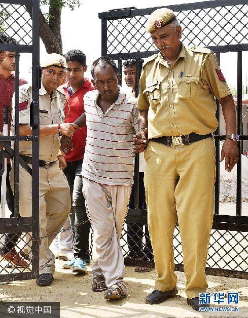 当地时间2017年9月9日,印度古尔冈市,警方逮捕杀害7岁男童的嫌犯Ashok。8日早上,古尔冈市瑞安国际学校一名2年级的7岁小男孩被发现倒在学校厕所外的血泊中,喉咙被割断,现场还留下一把刀。愤怒的家长连续两天举行抗议,向校方问责。9日,古尔冈市警方宣布案件告破。逮捕了嫌疑人、校车乘务员Ashok。Ashok试图性侵男童,遭反抗后怕罪行败露,用刀将男童杀害。***_***GURUGRAM, INDIA - SEPTEMBER 9: Police arrest accused Ashok for the murder of the 7-year-old child, , on September 9, 2017 in Gurugram, India. Pradhuman Thakur, a Class 2 student was found dead in a pool of blood in the washroom of Ryan International School on Friday morning. The boy's throat had been slit and a knife was found next to the body. The Class 2 student had been brutally murdered allegedly by a school bus conductor who also tried to sexually assault the boy. There have been angry protests at the school by hundreds of agitated parents since yesterday morning. (Photo by Sanjeev Verma/Hindustan Times via Getty Images)
