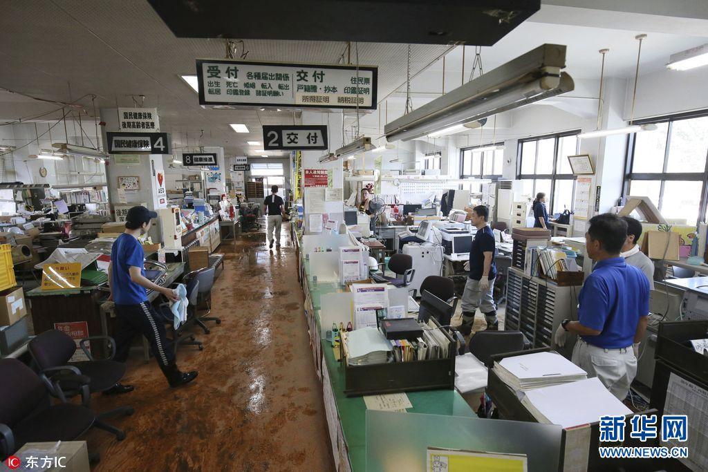台风泰利过境 日本政府职员清理办公室积水