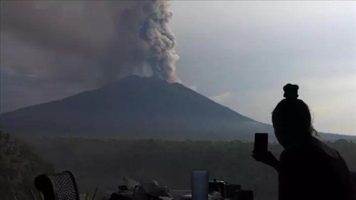 飞机/印尼国家抗灾署官员说,此次喷发不会导致1963年喷发的严重后果...
