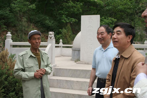 抗日小英雄王二小同龄人史林山向李存厚,纪永忠介绍王二小的英雄事迹图片