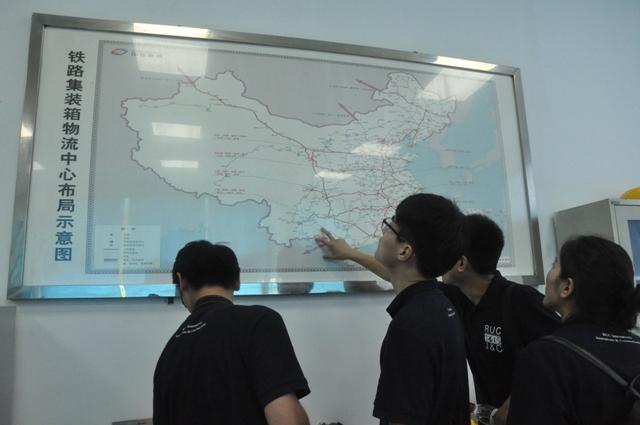 同学们查看中欧班列路线图-学生作品 中欧班列调度员 平凡中的责任