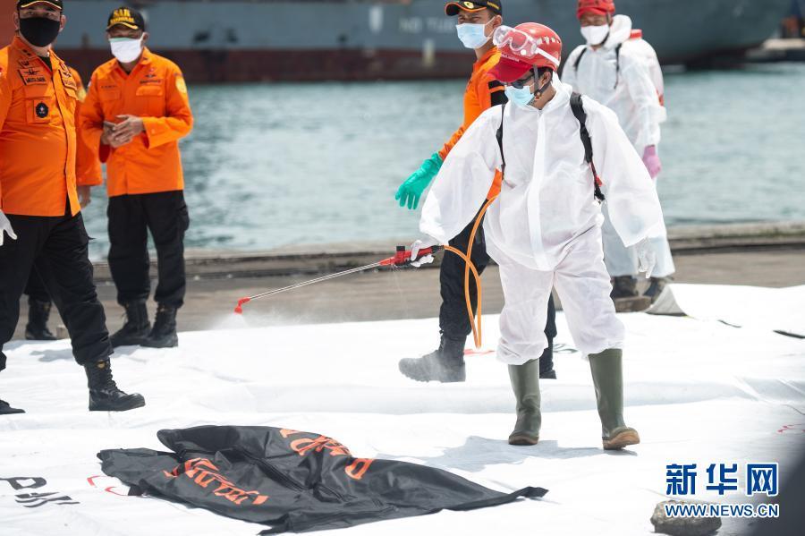 印尼失事客机搜救工作紧张进行 已打捞起部分遇难者遗体