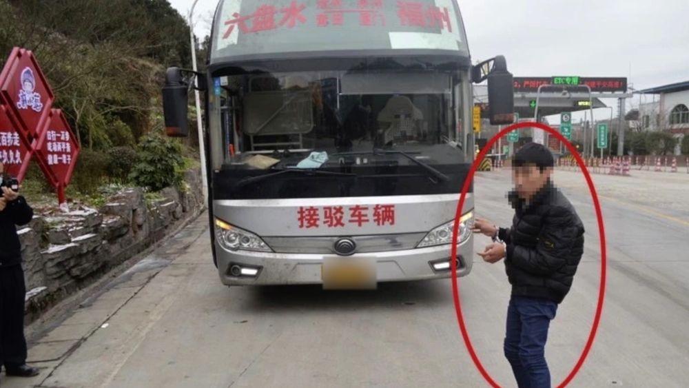 """毫无征兆!大巴司机遭乘客暴力砸头 安全驾驶不能只靠""""临危不惧"""""""