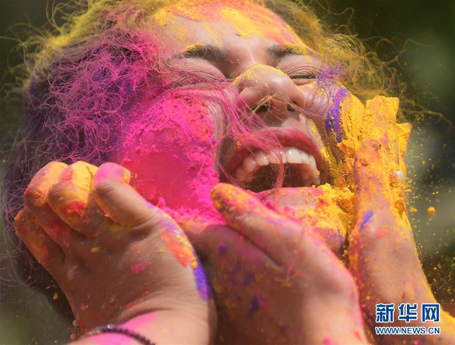 (新华视界)(1)印度:洒红节的色彩