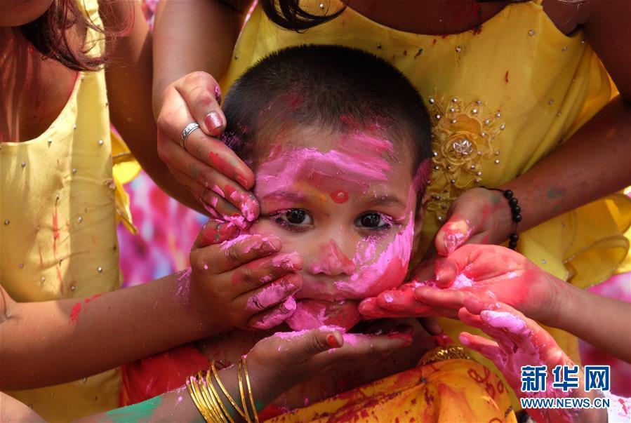 (新华视界)(7)印度:洒红节的色彩
