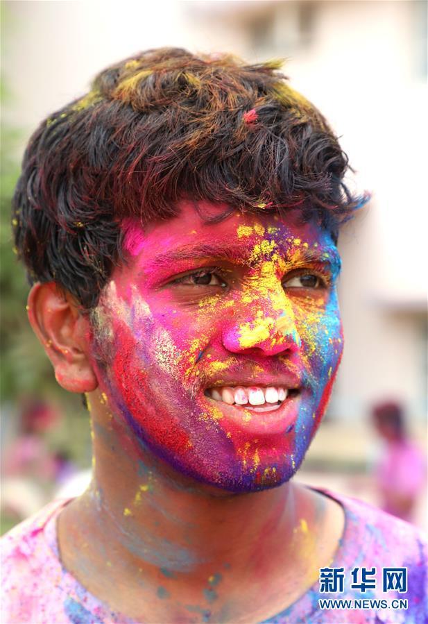 (新华视界)(8)印度:洒红节的色彩