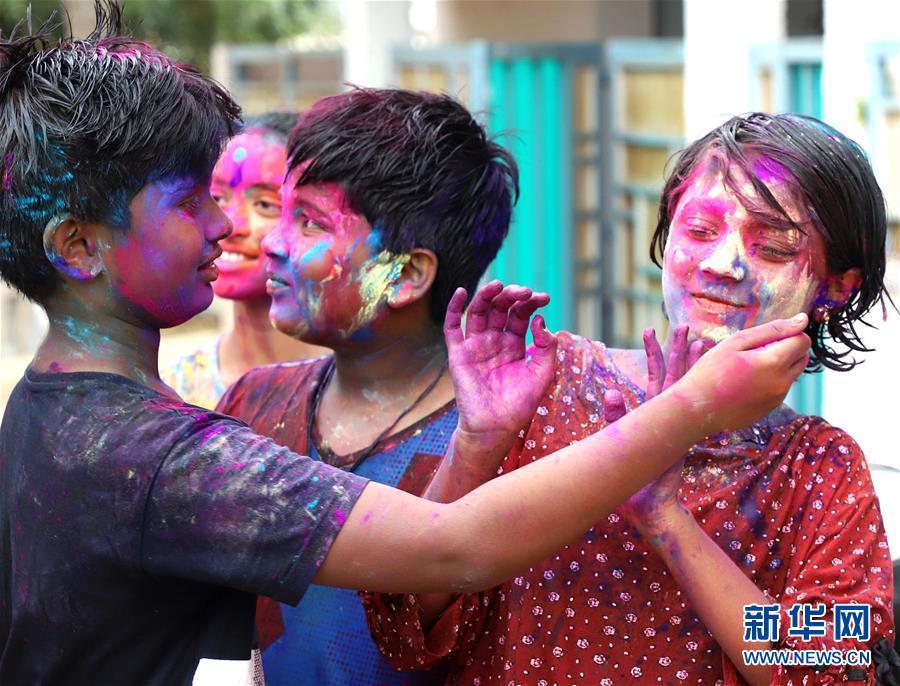 (新华视界)(9)印度:洒红节的色彩