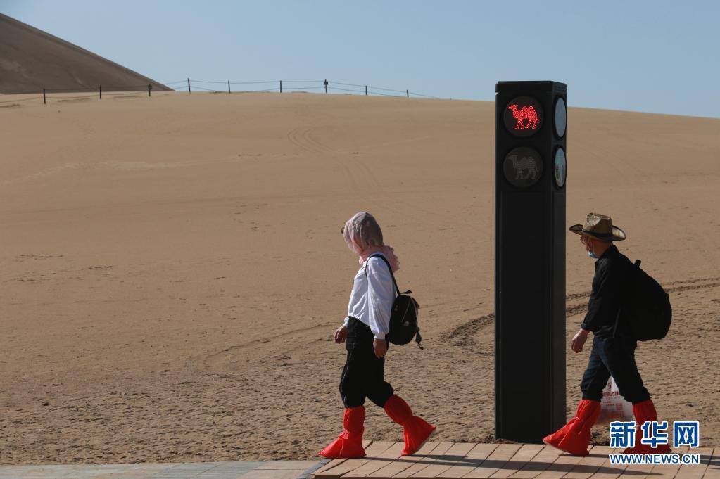 确保安全有序!骆驼红绿灯亮相敦煌鸣沙山月牙泉景区