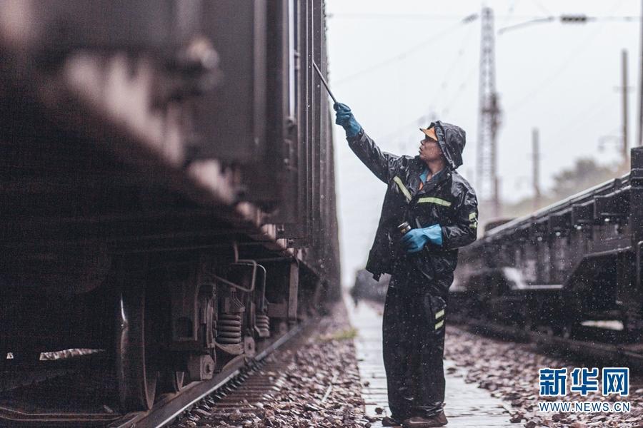 """昆铁""""车辆医生""""风雨无阻保汛期运输安全畅通"""