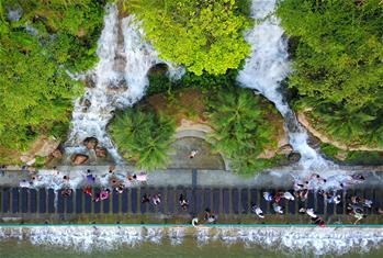 廣西柳州:城市瀑布夏日送清涼