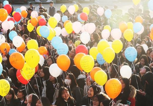 高考臨近 韓國高三學生寫心願紙條放飛氫氣球
