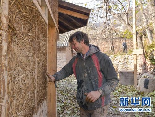 美國帥哥娶中國妻子 隱居山西深山造土屋