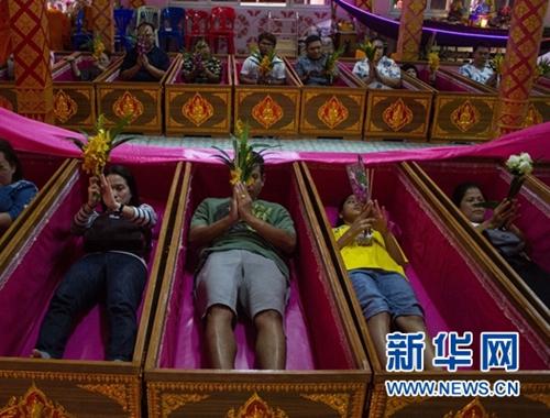 泰國民眾寺廟參加重生儀式 躺進棺材獲得新生