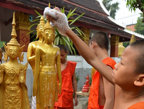 老撾僧人清洗佛像迎接潑水節
