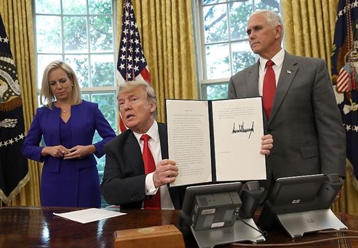 """特朗普簽署行政命令 撤回""""骨肉分離""""移民政策"""