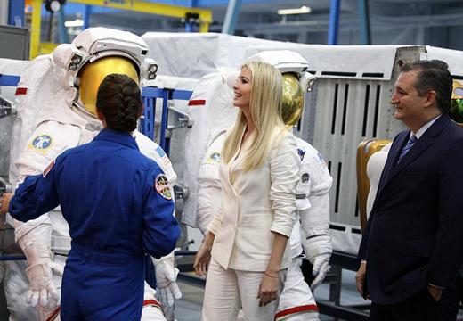"""美""""第一千金""""伊萬卡參觀約翰遜航天中心 體驗操控機器人"""