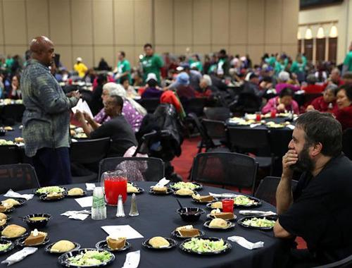 美國奧克蘭舉辦感恩節晚宴 為需要幫助的人提供免費食物
