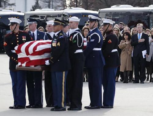美國前總統老布什遺體運抵安德魯斯空軍基地