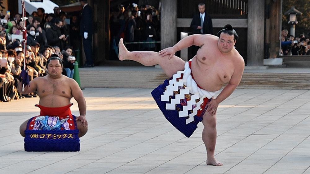 日本頂級相撲選手參加新年表演
