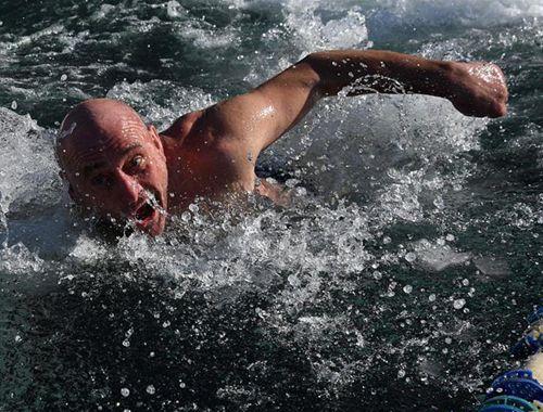 俄羅斯民眾參加冬泳比賽 冰水中奮勇向前