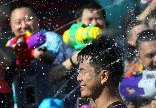 泰國民眾慶祝宋幹節 互相潑水展開水槍大戰