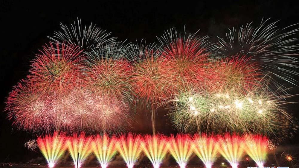日本大曲煙火大會舉行 炫美煙花點綴夜空
