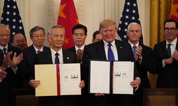 劉鶴與特朗普共同簽署協議文本並致辭