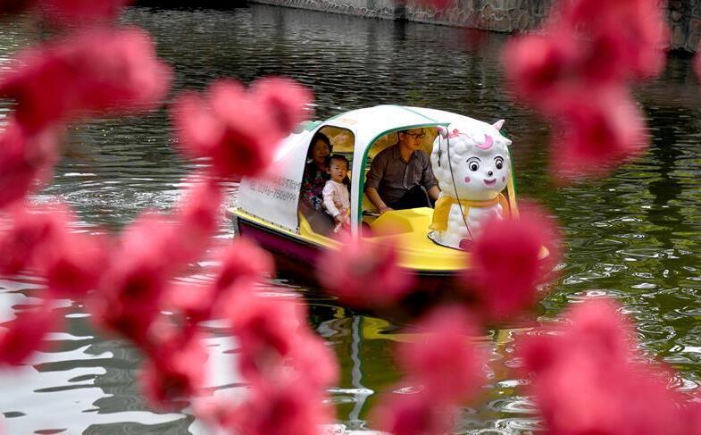 春暖花开好荡舟