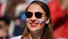 世界杯揭幕战打响 现场球迷抢眼