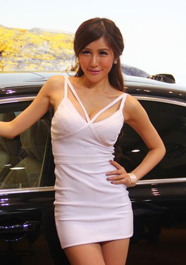 2013廣州車展:羞澀美女身材傲人