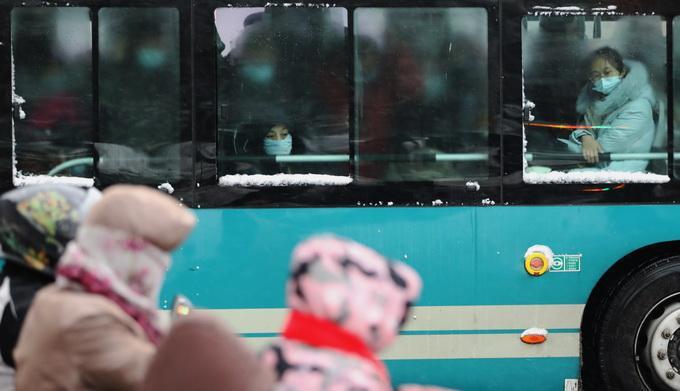 糊窗戶、搖煤球、激酸菜,那時候的北京人這樣過冬