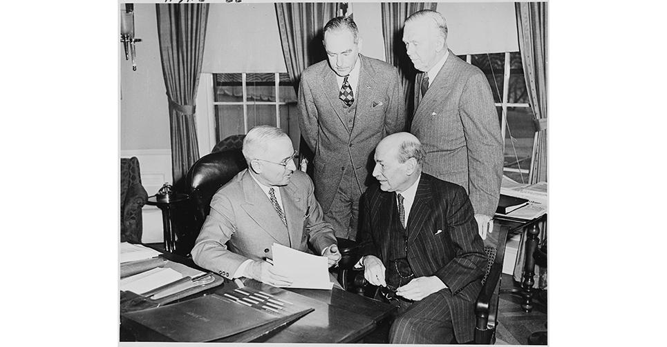 1950年12月日,美國第33任總統哈裏·S·杜魯門(英語:Harry S Truman)(前左)于白宮橢圓形會議室會見英國首相艾德禮(Clement Richard Attlee, 1st Earl Attlee)(前右),探討朝鮮危機。後方站立者為時任國務卿艾奇遜(Dean Acheson )和國防部長馬歇爾(George C. Marshall )。朝鮮戰爭期間,國家安全委員會在美國政府的決策過程中開始發揮重要作用。
