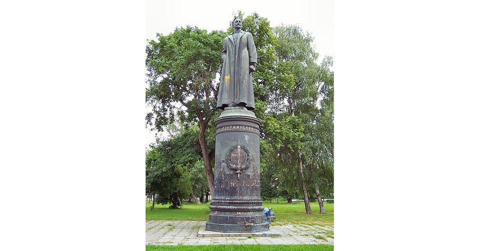"""克格勃前身""""契卡""""創始人捷爾任斯基銅像。此銅像1957年設立于克格勃總部盧比揚卡廣場,1977年,一座類似的半身像被設立在莫斯科內務總局大院內。1991年,受到""""8·19""""事件影響,這兩座雕像都被試做""""蘇聯恐怖統治""""的象徵,遭到拆除,並收藏于中央美術館倉庫。2005年8月,莫斯科內務總局大院內,這位鐵腕人物的半身像重又現身,這既是現今俄羅斯政治成熟發出的多元化信號,又表示著俄羅斯對國家安全的重視再次提升到水面以上。"""