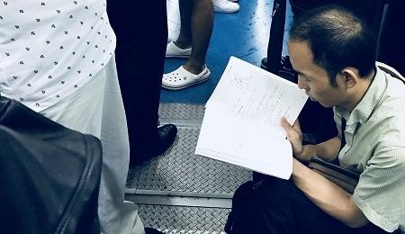 地鐵上的讀書人