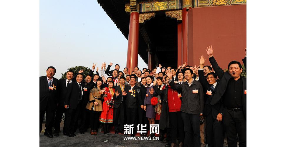 北京,2013年4月27日 ,全國勞動模范參觀天安門廣場。新華社發