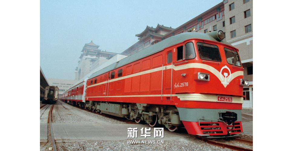 京九鐵路全線開通:這是由北京開往深圳的首列105次列車緩緩駛出北京西站。新華社發