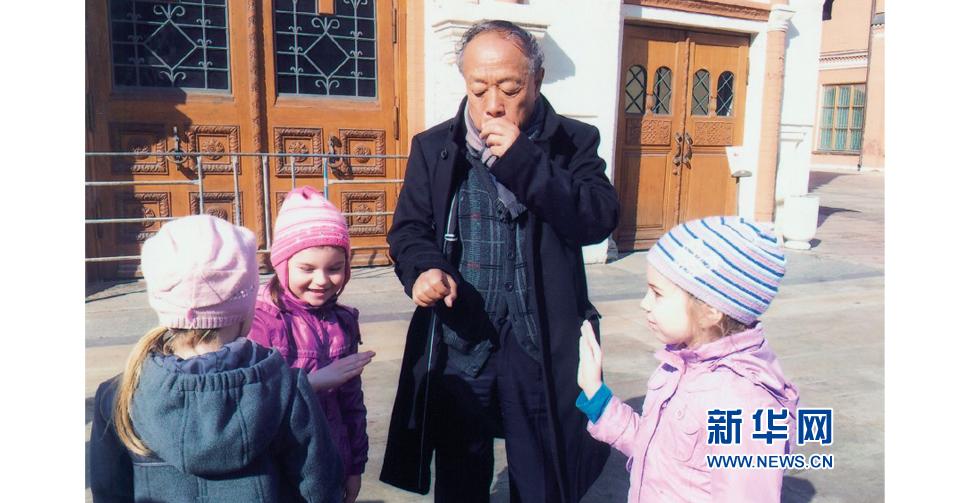 在莫斯科與當地孩子玩耍