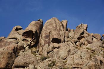 曼德拉山:岩畫和怪石編織的秘境