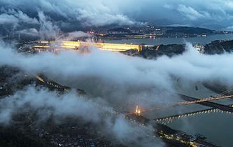 湖北宜昌:雲霧繚繞夜三峽