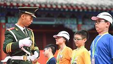 香港小學生走進天安門國旗護衛隊營地