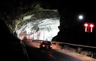 湖南現溶洞公路 車輛在鐘乳石下穿行
