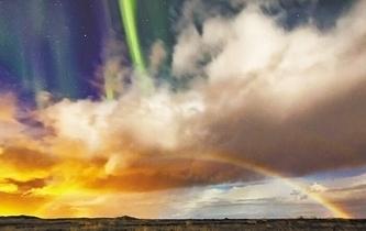 北極光與彩虹城市上空齊舞