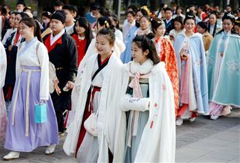 西安:漢服巡遊展示傳統文化
