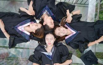 高校學子拍創意高空畢業照