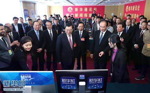 張德江同志看望新華網參加人大會議報道的新聞工作者