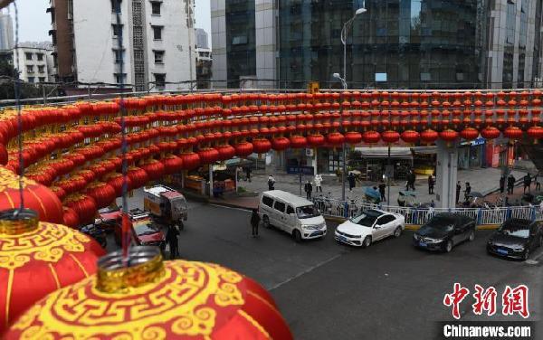 农历新年将至重庆街头灯笼高挂年味浓