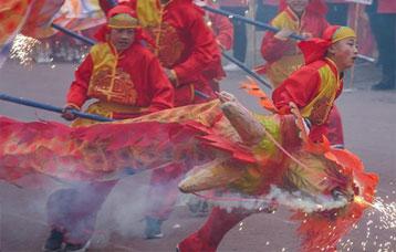 閬中:千龍千獅鬧古城